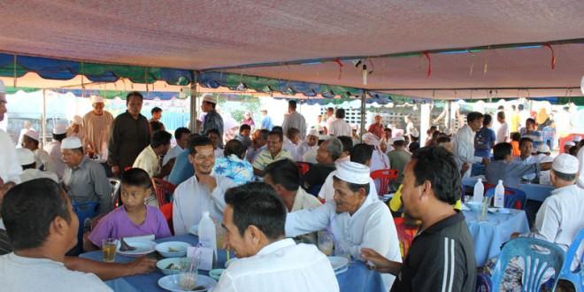 บรรยากาศภาคกลางวัน ของงานการกุศล มัสยิดฮิดายาตุดดีนียะฮ์